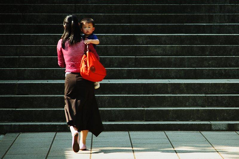 比起經濟壓力,更讓人喘不過氣的,或許是追求「大家一定要一樣」的歪風...(圖/mrhayata@Flickr,非當事人)