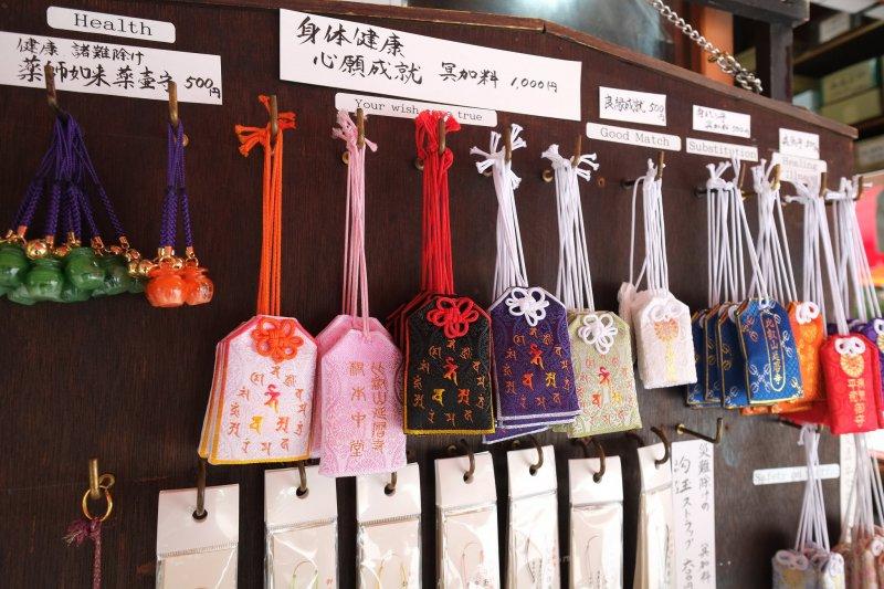 不同地方販售的護身符、御守有不同作用(圖/Chia-Wei Tseng@flickr)