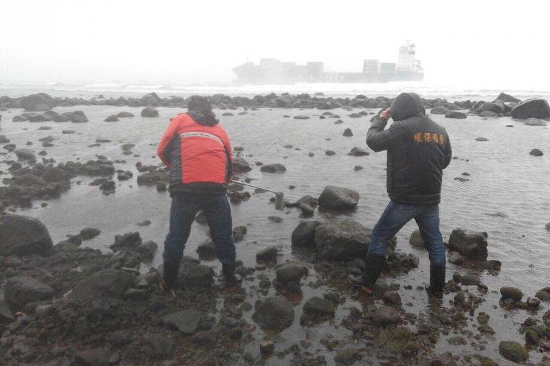 「德翔臺北」貨輪3月10日擱淺新北市石門外海,24日上午船體裂縫加大並斷裂,造成船體殘油外洩,污染附近海域。(環保署)