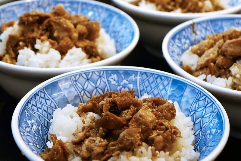 鹹香滷肉汁淋上白飯,經常是外食族打發一餐的選擇!(圖/cegoh@pixabay)