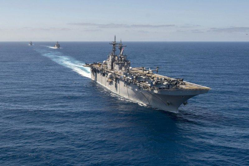 美軍黃蜂級兩棲攻擊艦艾賽克斯號。