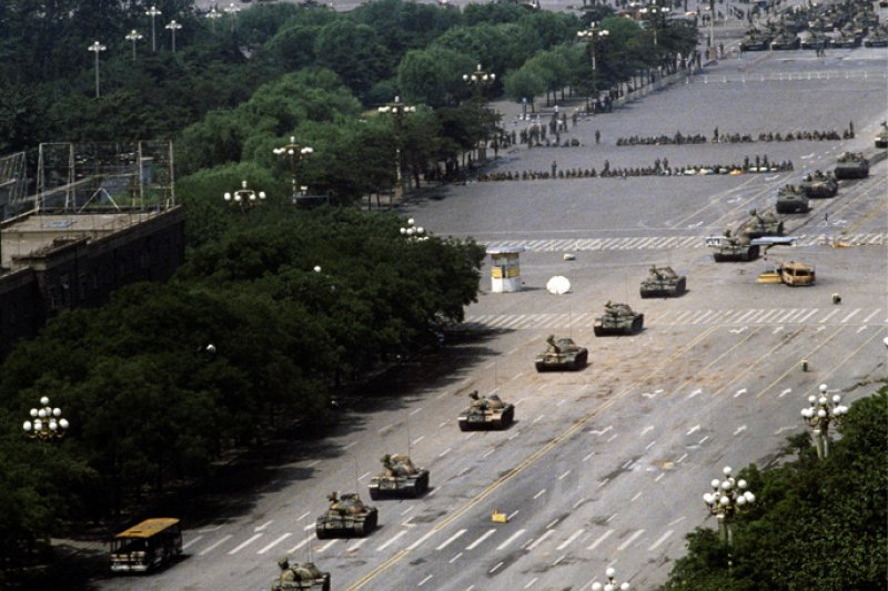 六四事件中,中國當局派遣坦克車鎮壓。(Stuart Franklin攝,取自維基百科)