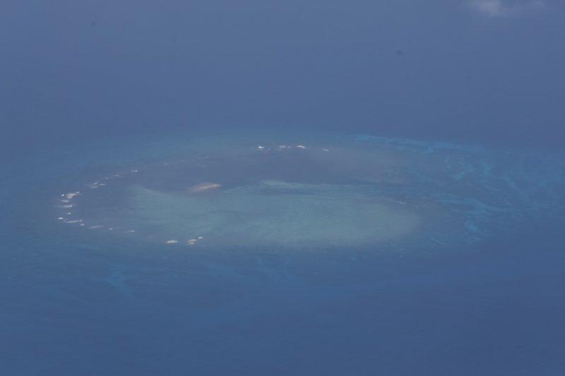 總統府與外交部23日安排國內外媒體搭乘C130運機機親登太平島,圖為南沙群島環礁地形。(隨行記者團提供)