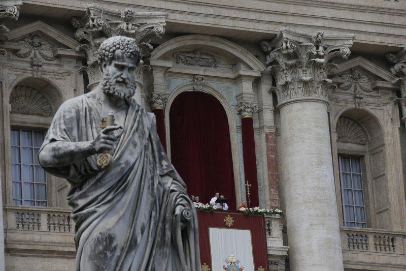 教宗方濟各在聖伯多祿大教堂的陽台發表復活節文告。(美聯社)