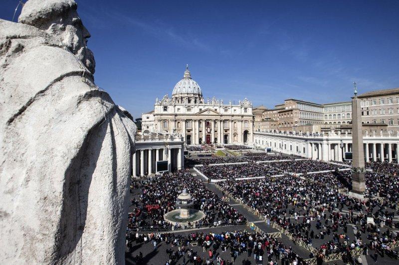 教宗方濟各發表復活節文告,聖伯多祿大教堂的中央廣場上萬頭鑽動。(美聯社)