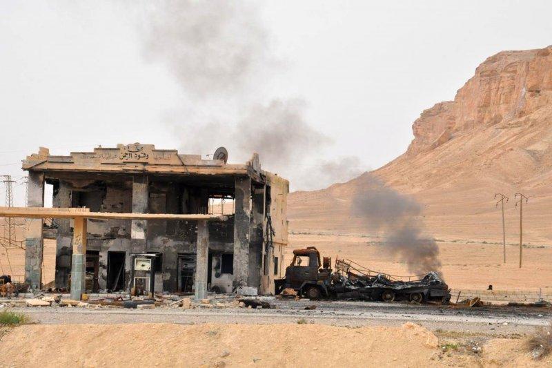 帕米拉一座加油站在「伊斯蘭國」與敘利亞政府軍的戰火中被炸毀。(美聯社)