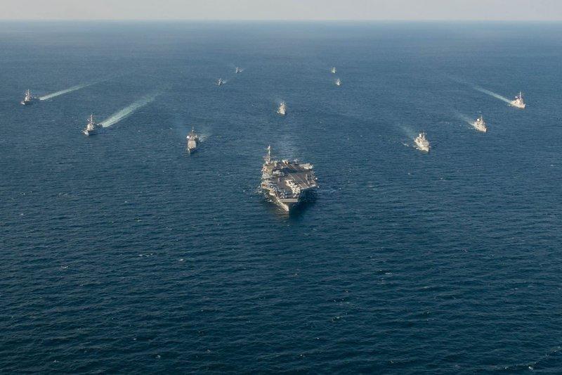 史坦尼斯號(USS John C. Stennis)為首的航艦打擊群與南韓海軍編隊航行。(史坦尼斯號臉書)