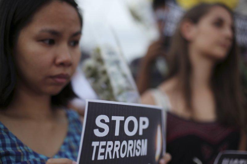 比利時布魯塞爾22日遭遇恐怖攻擊後,菲律賓民眾為其哀悼(美聯社)