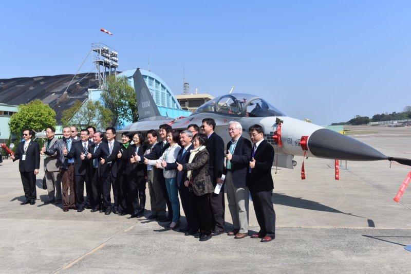 蔡英文28日參訪漢翔航空工業公司,與經國號戰機合影。(民進黨提供)