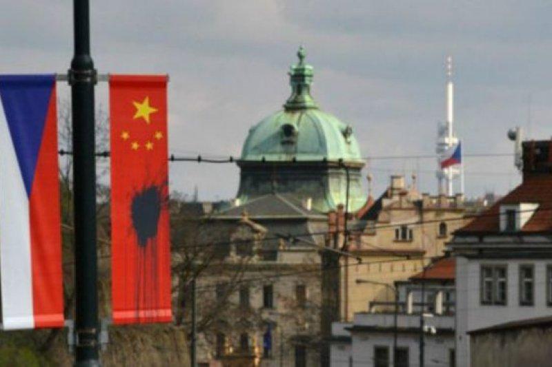 和捷克國旗並列的中國國旗被人塗污。(BBC中文網)