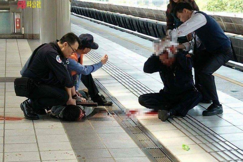 黃姓捷運警察(右坐者)在列車上執行巡邏勤務時,忽然遭一名28歲詹姓男子(左下)拿出預藏的牛排刀攻擊,在列車抵達新北投站後詹嫌被制伏。(取自爆料公社)