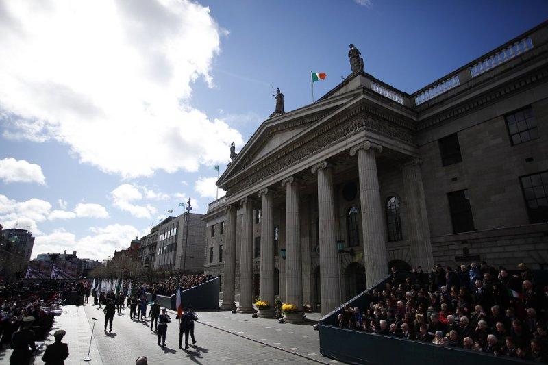 愛爾蘭軍人舉旗經過都柏林市中心郵政總局前(美聯社)