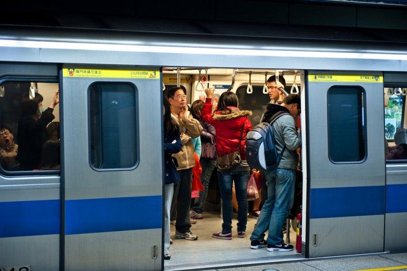 內湖稚女割喉案、柯P猶豫台北捷運是否賣吃的,這兩則新聞看似不相干,但...(圖/JorgeGonzalez@flickr)