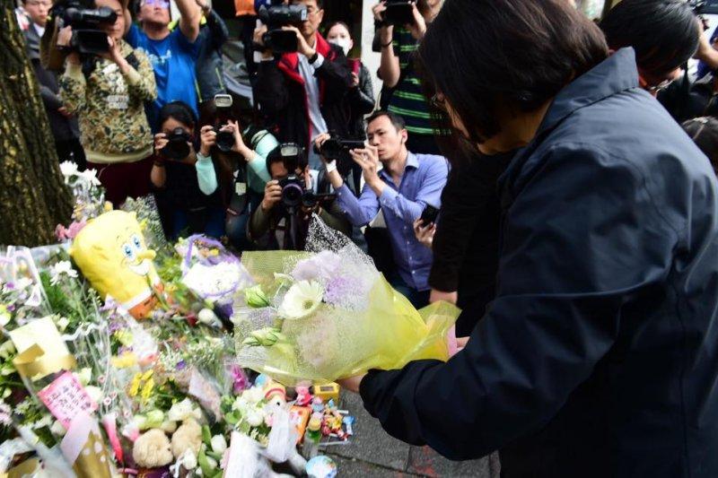 總統當選人蔡英文到小燈泡不幸身亡處致意。(蔡英文臉書)