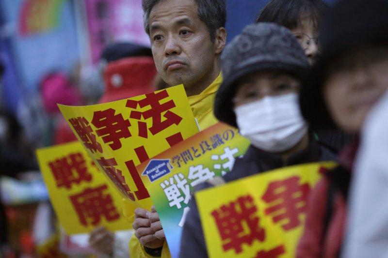 反對安保法制的日本民眾在國會外抗議。(美聯社)