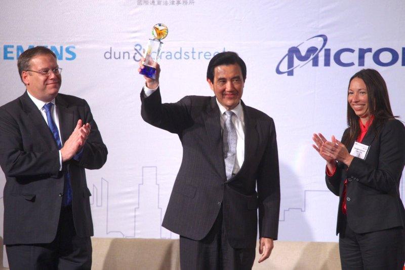 總統馬英九(中)不忘提醒總統當選人蔡英文,只要遵守中華民國憲政體制,並且把兩岸和平放在優先順位,「接受九二共識不是問題」。(蔡耀徵攝)
