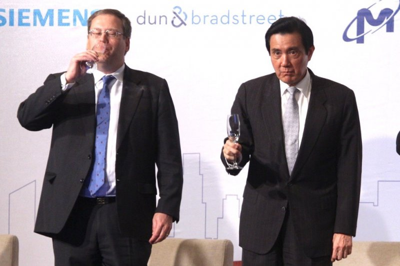 美國國務院經濟暨商業事務局首席副助卿唐偉康(Kurt Tong,左)強調台美經貿關係的重要性,表示美國歡迎台灣加入TPP。(蔡耀徵攝)