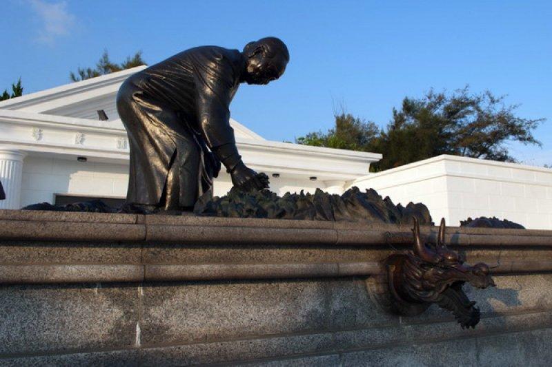 許多企業都有代表性的「阿嬤」。圖為雲林之輕阿嬤公園中的王永慶母親在90歲時還種菜的銅像。(取自雲林縣政府網站)