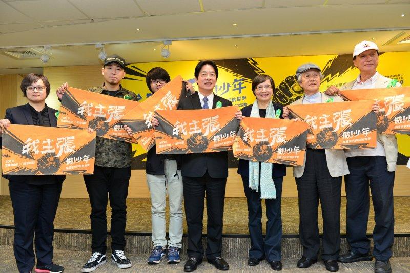 台南市長賴清德與現場貴賓一同秀出今年言論自由日的創作品。(台南市政府提供)
