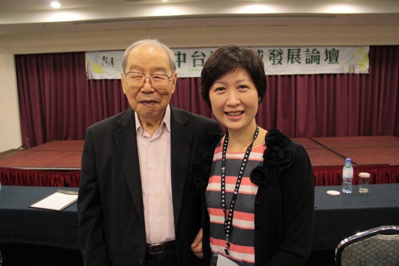 東海大學前任校長梅可望(左),攝於2014年(行政院)