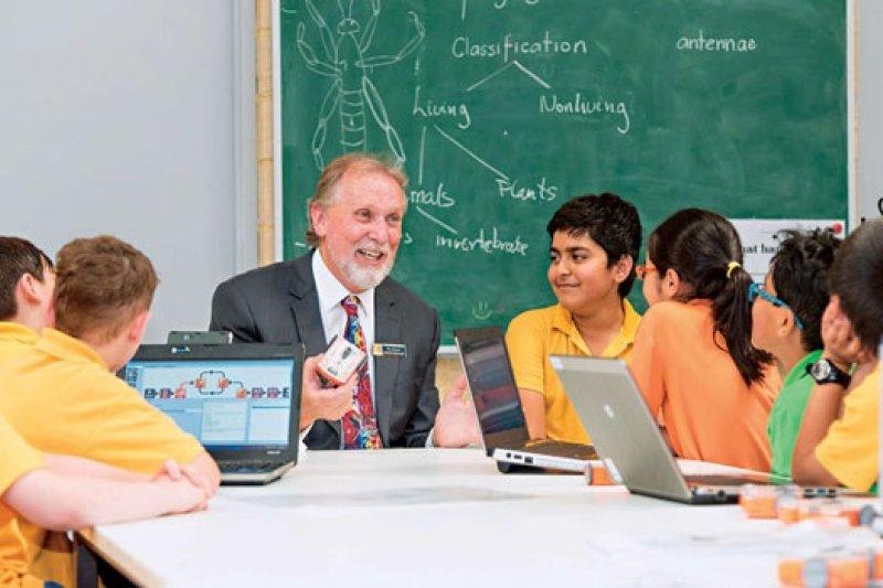 「誰需要教科書?下禮拜就過時了!」澳洲小學老師強生(圖中)的課堂上,見不到學生鎮日埋頭讀書的景象,他喜歡讓孩子一邊動手做、一邊學。(來源.Richard Johnson 提供)