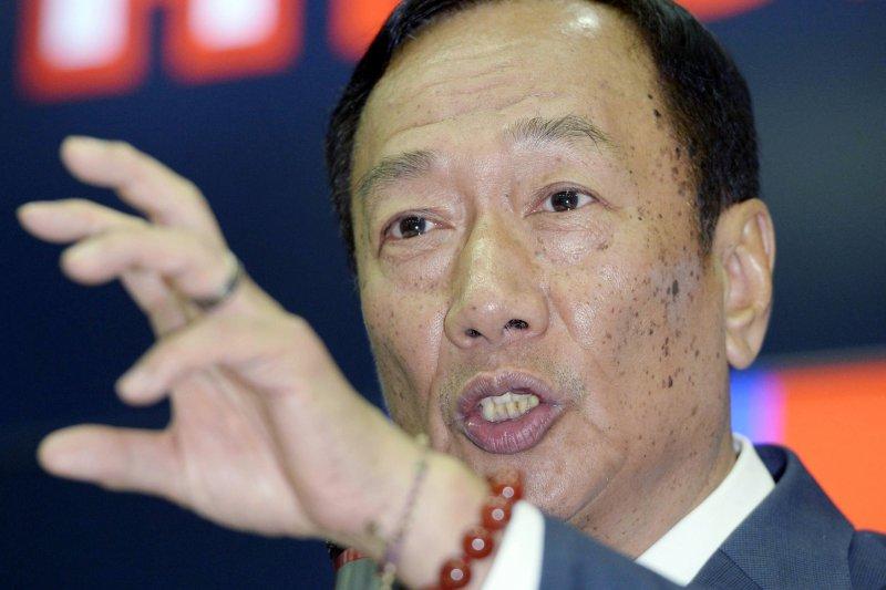 若以公開資訊觀測站資料顯示,鴻海集團總裁郭台銘持有16.21億股來看,可拿回64.84億元現金。(資料照,美聯社)