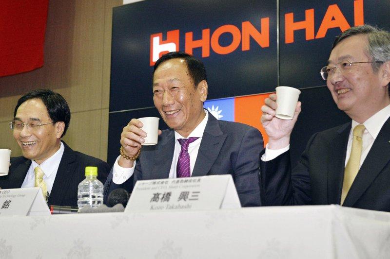 川普當選美國總統,讓鴻海集團董事長郭台銘(中)是否選總統成為熱議話題。(美聯社)