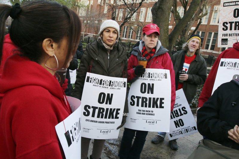 芝加哥的老師們1日走上街頭示威。(美聯社)