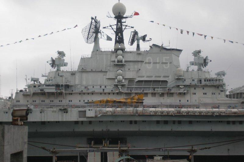 明斯克航空母艦島上部建築。(翻攝維基百科)