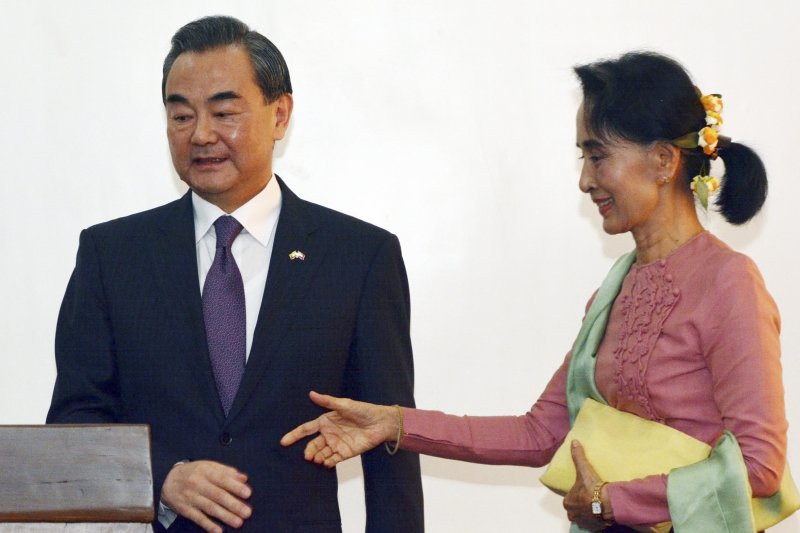 緬甸國務顧問、外交部長翁山蘇姬與中國外交部長王毅(美聯社)