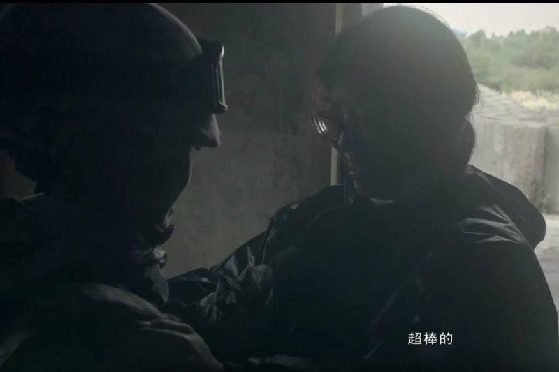 國軍形象廣告影片《我會救妳》,陸軍航空特戰隊演訓。(作者截自youtube影片)