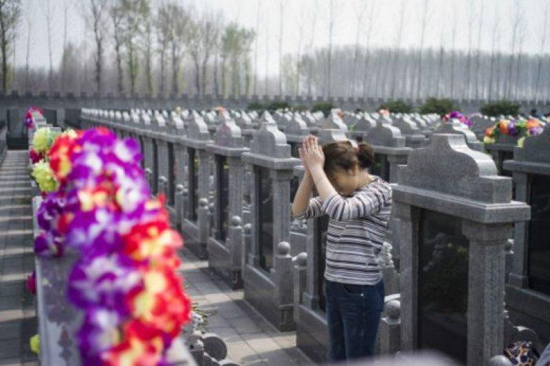 上海墓葬用地資源日益短缺下,墓地價格高漲,每座墓地均價在10萬元人民幣上下,高端墓地價格更是在30萬元左右。(BBC中文網)