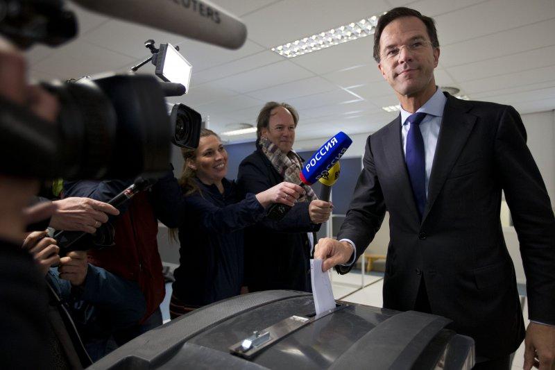 荷蘭首相呂特前往投票(美聯社)