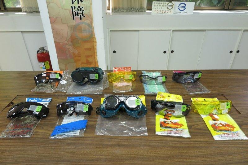 經濟部標檢局檢測之10件遮光防護眼鏡樣品。(取自經濟部標檢局網站)