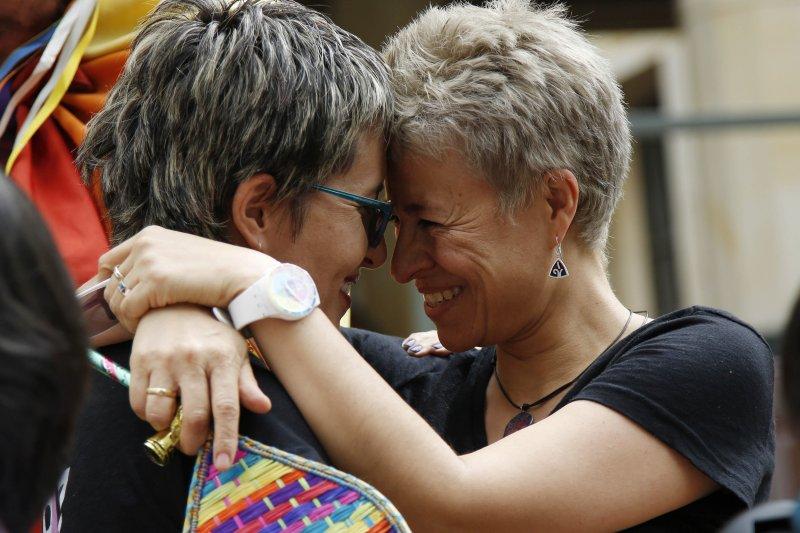 哥倫比亞法院7日做出一項重要判決,為同性婚姻合法化鋪平坦途,同志歡欣鼓舞(美聯社)