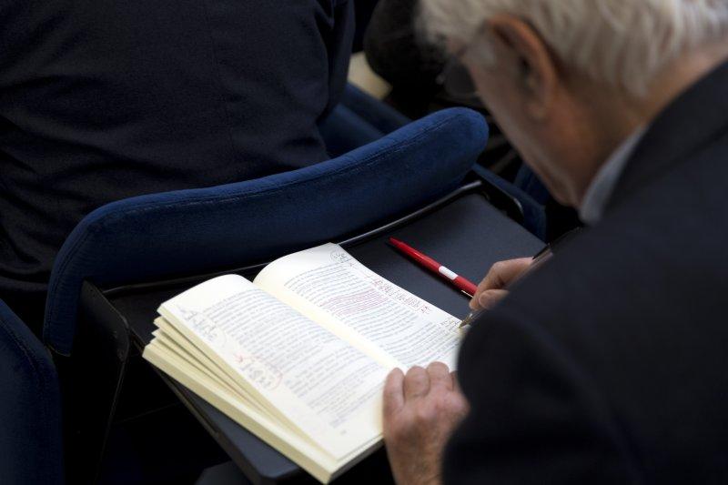 教宗方濟各8日針對婚姻、家庭發布重要文件《愛的喜樂》(Amoris Laetitia),一位記者詳細閱讀(美聯社)