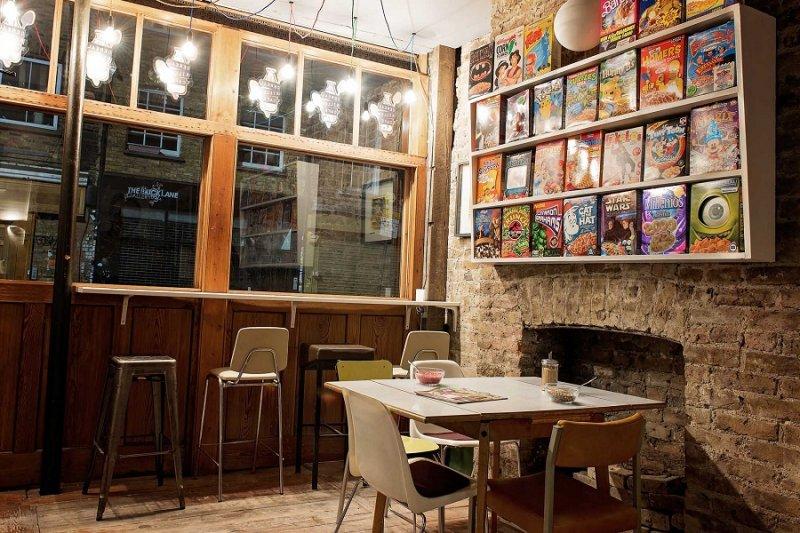 麥片殺手咖啡廳的總店位於全英國最貧困的地區之一,在這個許多學童挨餓上課的地區販售高價早餐麥片,引發爭議。(取自www.cerealkillercafe.co.uk)