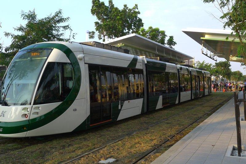 高雄輕軌C4至C8段已獲交通部營運許可,品質與安全已確認。(KasugaHuang、維基百科)