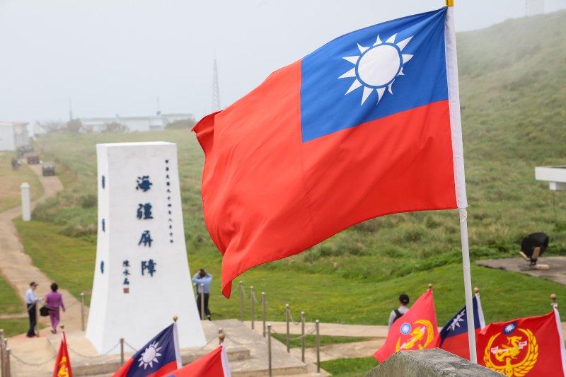 飄揚的中華民國國旗,與彭佳嶼島上「海疆屏障」的碑石相互輝映。(顏麟宇攝)