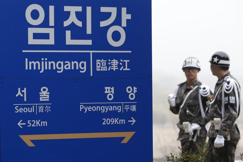 南韓的臨津江車站標明了與南北韓兩國首都的方位與距離。(美聯社)