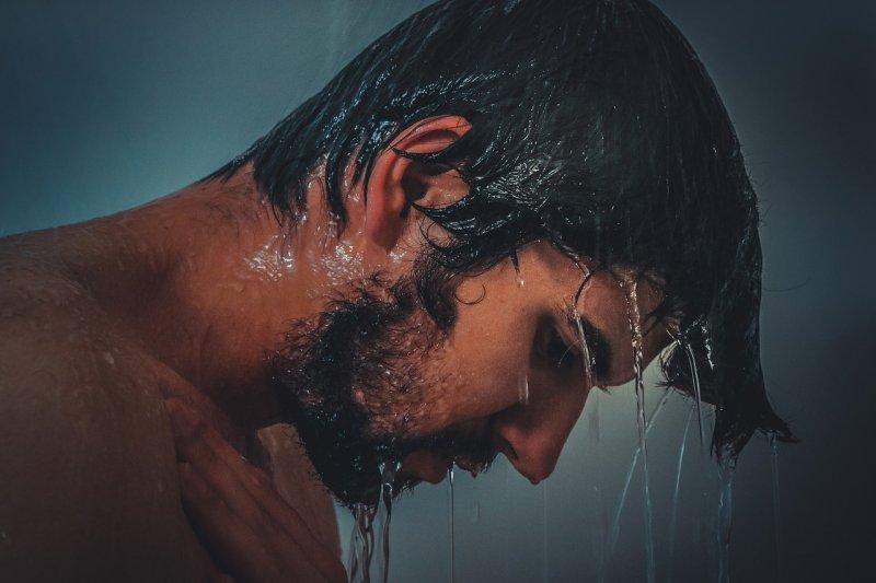 洗澡的時候水一沖就把沐浴乳往全身抹?醫師提醒,這是錯誤觀念,可能讓皮膚越洗越乾。(圖/Pixabay)