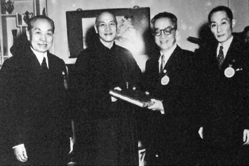 1954年,第一屆國民大會第二次會議,選舉蔣介石為總統,胡適代表國民大會致送當選證書。