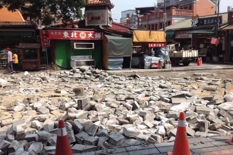 新北市三峽老街石板路被區公所拆除改鋪柏油路,引發反彈,也讓不少當地居民與文史工作者不滿。(取自林峻丞臉書)