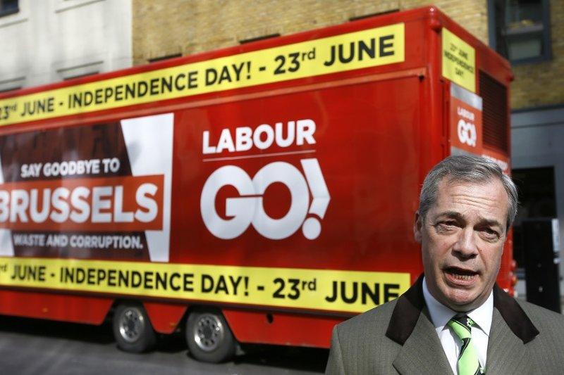 主張脫歐的英國獨立黨黨魁法拉吉3月於宣傳巴士前(美聯社)