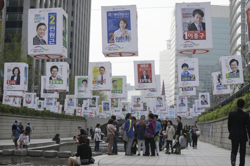 南韓國會大選,首爾街頭掛滿參選人的文宣海報。(美聯社)
