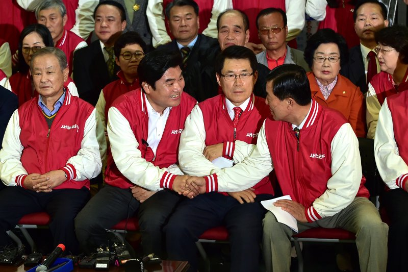 南韓國會大選,新世界黨的元裕哲恭賀同志當選。(美聯社)