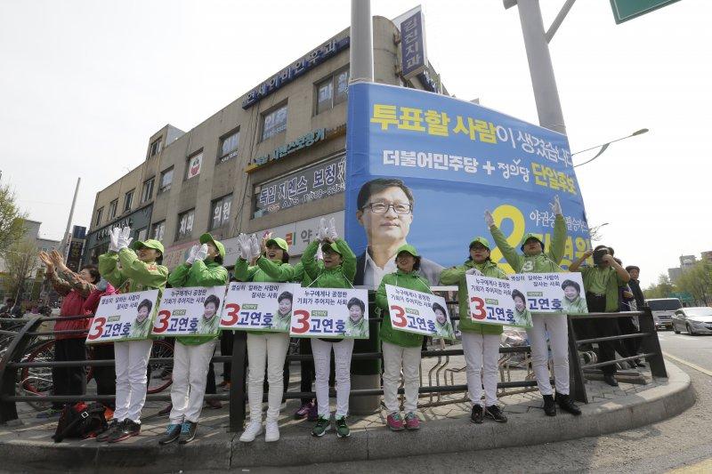 南韓在野的「國民之黨」參選人在街頭拉票。(美聯社)南韓國會大選
