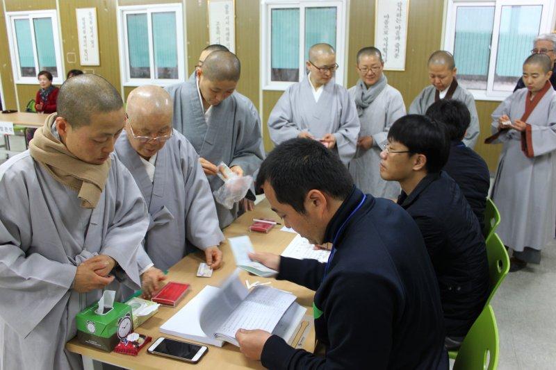 南韓蔚山廣域市的比丘尼也趕來投下神聖一票。(美聯社)南韓國會大選