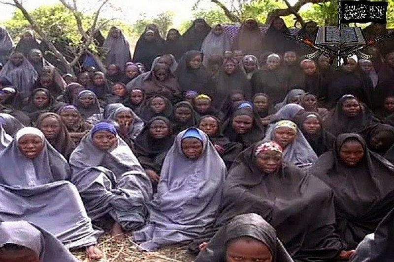 遭「博科哈蘭」綁架的少女們,去年12月底被「博科哈蘭」拍下證實自己仍活著的影片,作為與奈國政府交換條件的籌碼(截圖自影片)