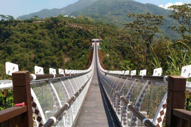 新營運的屏東縣山川琉璃橋也在兩側的百步蛇圖騰上,增加了共計1664顆琉璃珠,為百步蛇圖騰畫龍點睛。(取自屏東縣政府)